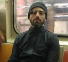 Sergey Brin probando las Google Glass en el metro