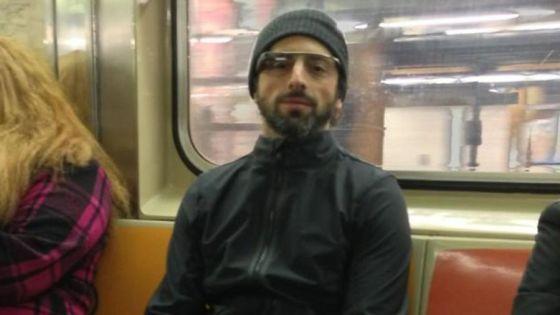 Sergey Brin probando las Google Glass en el metros